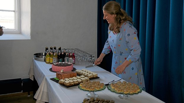 Sara fra bagedysten ses her med et stort udvalg af forskellige kager, som blev serveret til kaffen. Foto: Mogens Lynge