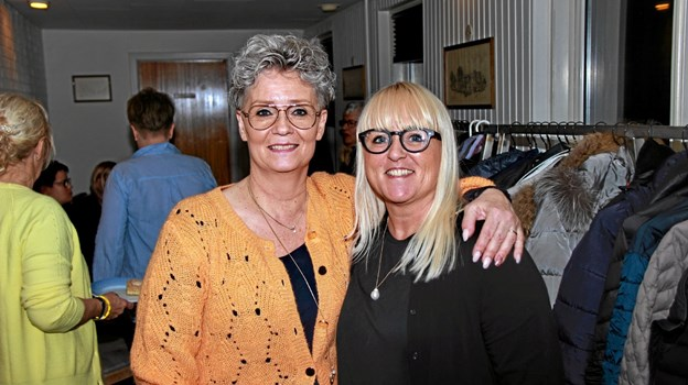 Fra venstre Indehaveren af Butik Backstage, Jette Kirkeby Nielsen og leverandøren Anette Pedersen fra firmaet Soft Rebels. Foto: Hans B. Henriksen Hans B. Henriksen