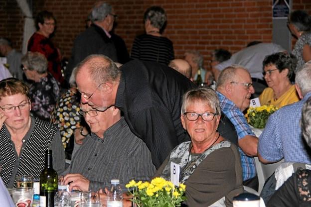 Mange fik en lille snak med venner og bekendte. Foto: Hans B. Henriksen Hans B. Henriksen