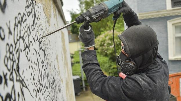 Den portugisiske street art-kunstner Vhils er i gang med et helt specielt kunstværk. Foto: Michael Koch
