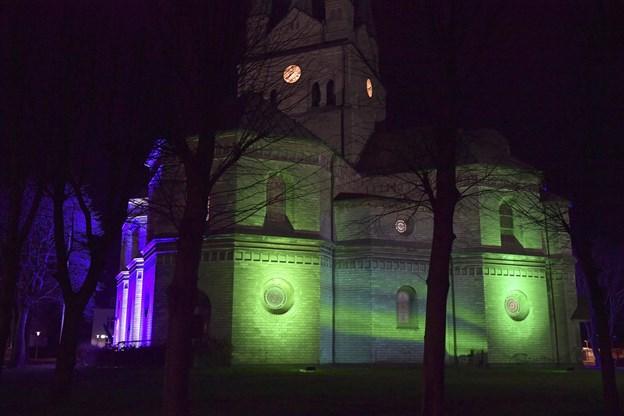 I to timer var der nordlys i Frederikshavn med Frederikshavn Kirke som baggrund.Foto: Bente Poder