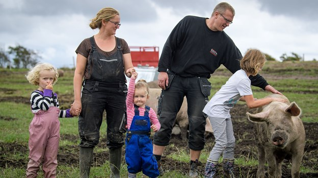 """Familien bag """"Trynen i Jorden"""" består af Trine og Esben Kammersgaard og pigerne Ellen (7 år), Anika (4 år) og Signe (2 år)."""