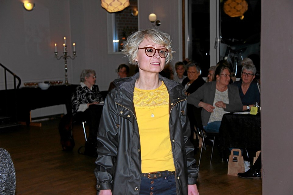 Bettina viser her smart jakke og bluse som matcher godt sammen. Foto: Hans B. Henriksen Hans B. Henriksen