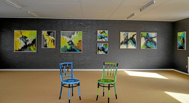 Kunstnerne er i gang med udstillingen i den tidligere Garant-butik i to etager. Foto: Mogens Lynge