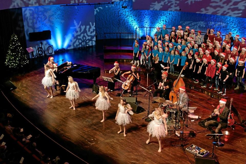 """""""Et barn er født i Betlehem"""" blev sunget sammen med det store publikum, og dansepiger fra Power House i Aalborg dansede som """"Guds engle der os lære brat, at synge, som de sang i nat. Foto: Niels Helver Niels Helver"""