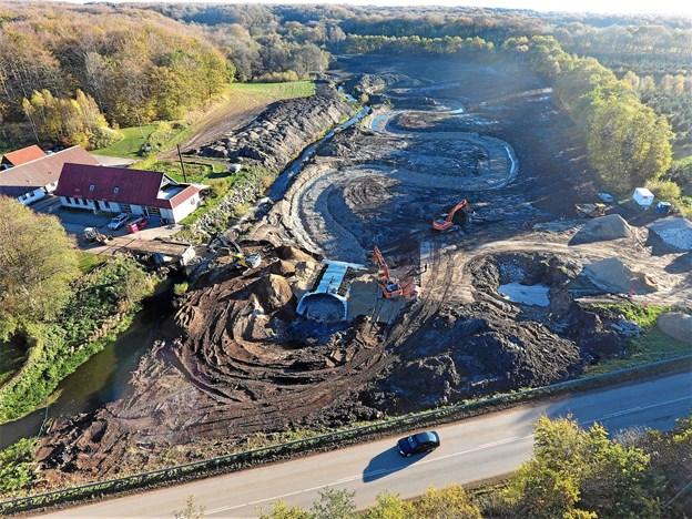 Hér ses udgravningerne til det ny vandløb fra luften. Foto: Frederikshavn Kommune.
