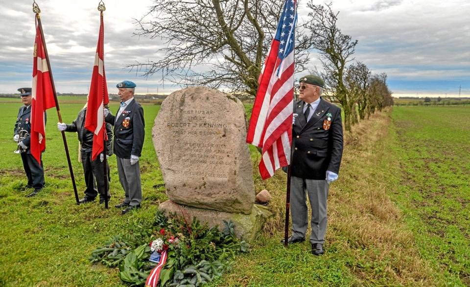 Kransenedlæggelse ved mindestenen på det sted, hvor flyet faldt ned. Foto: Mogens Lynge Mogens Lynge