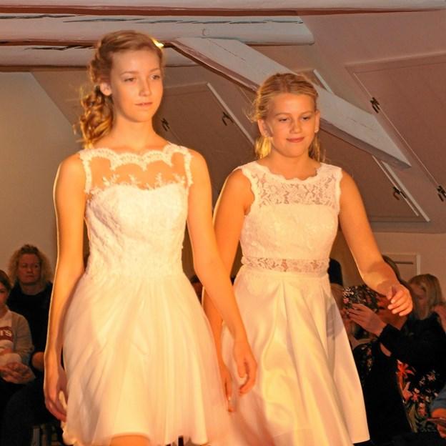 Med en næsten professionel elegance præsenterede de unge modeller kjolerne på catwalken. Foto: Ole Torp