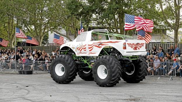 Den store hvide MonsterTruck gør klar til at massakrere en stak biler Foto: Michael Madsen Michael Madsen