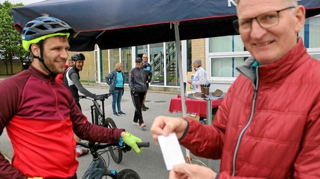 Rasmus Severinsen sammen med Jens Ole Nielsen der tydeligvis er tilfreds med resultatet af kropsmålingen. Foto: Tommy Thomsen Tommy Thomsen