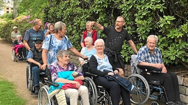 Der var sørget for kørestole og kørestolschauffører til alle på turen til Rhododendronparken i Brønderslev Foto: Åse Bakland Åse Bakland