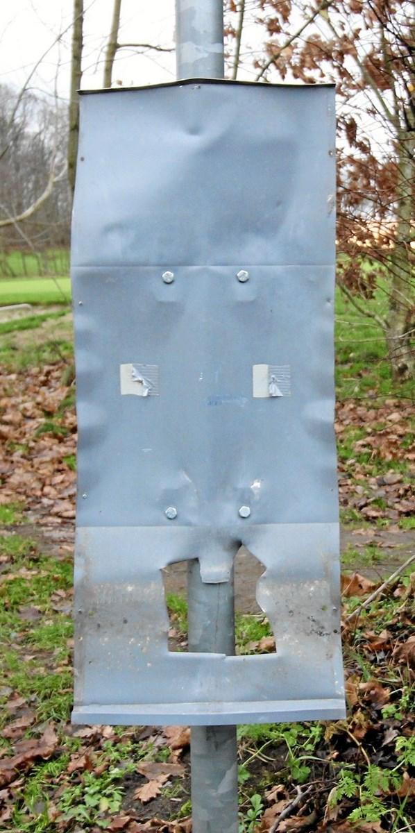 Sådan kan en ellers solid postkasse komme til at se ud, hvis den bliver udsat for kanonslag. Den er forvandlet til ukendelighed.Foto: Jørgen Ingvardsen