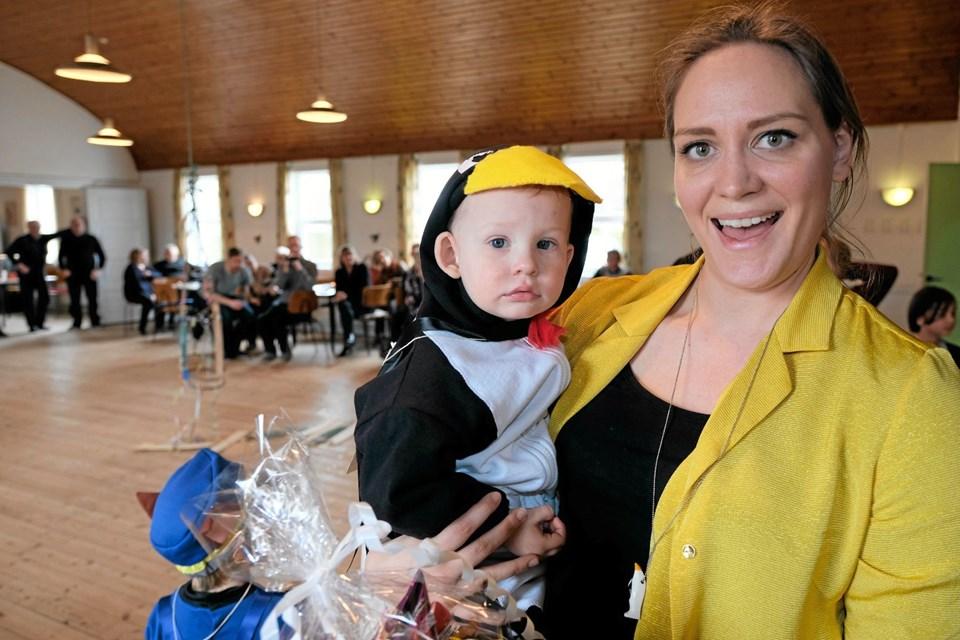 Anker Kristholm Nielsen får præmie som den sjoveste udklædte. Hans mor Christina er stolt på sønnens vegne. Foto: Niels Helver Niels Helver