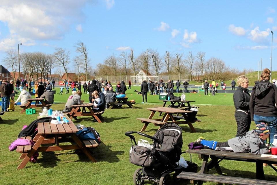 Familiemedlemmer og venner hyggede sig på stadion mens børnene var på banen. Foto: Hans B. Henriksen Hans B. Henriksen