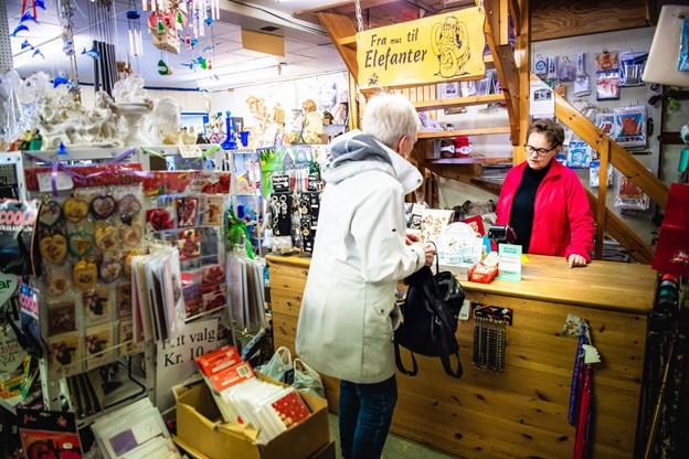 Kirsten Schmidt bruger mange timer i butikken. @ Diana Holm
