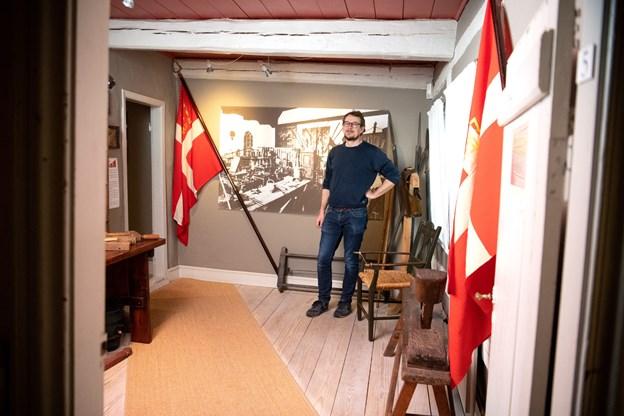Jens Thidemann ses her foran en fotostat fra det første museum i Skolegade. Foto: Henrik Louis HENRIK LOUIS