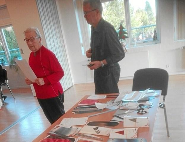 """Tirsdagsklubben M/K, der mødes i Hadsund Menighedscenter hver, ja, tirsdag, har julehygget med besøg af Gerda Jensen, der havde arrangeret juleklip, - hæfter og - historier, mens Hadsund Bageren i Vestergade havde lavet fine """"berlinere"""" til kaffen."""