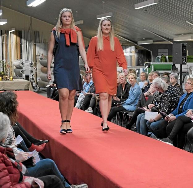 Mille og Berit viser, at farverne til forår og sommer er friske og stærke. Foto: Niels Helver Niels Helver
