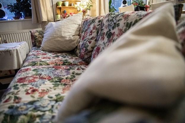 Erna Olsen er uddannet beklædningsdesigner fra kunsthåndværkerskolen i Kolding og har selv ombetrukket sofaen i stuen, som hendes musikalske idol skal overnatte på. © Andreas Falck