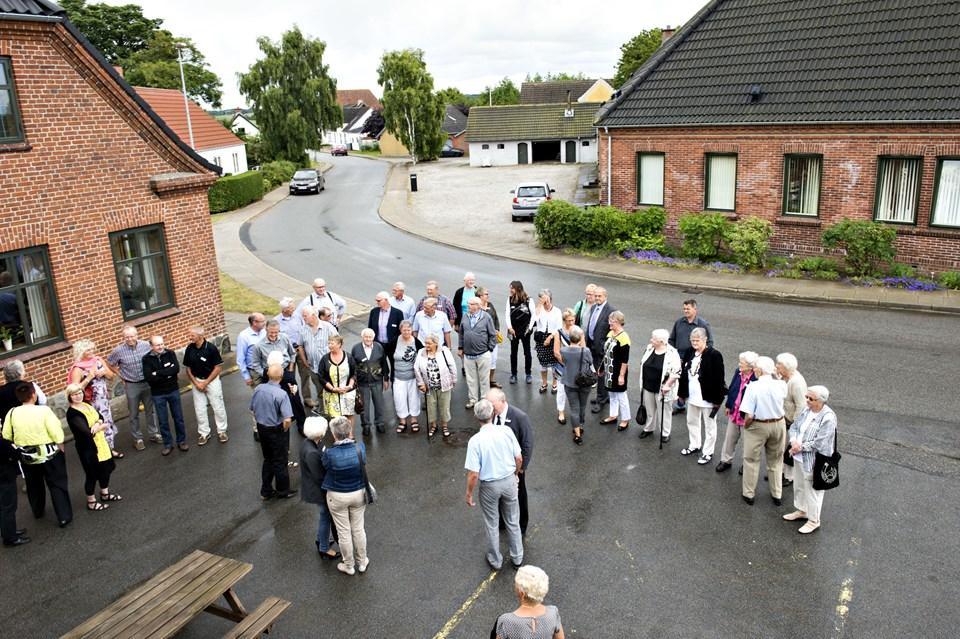 En del af de tidligere skolelever fra Sterup Skole med den for længst nedlagte skole i baggrunden.