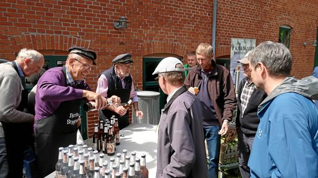 Museets håndbryggerlaug var på pletten for at udskænke smagsprøver på den nye øl, der fås i halvlitersflasker enkeltvis eller i gavekartoner à 5 stk. Foto: Ejgil Bodilsen