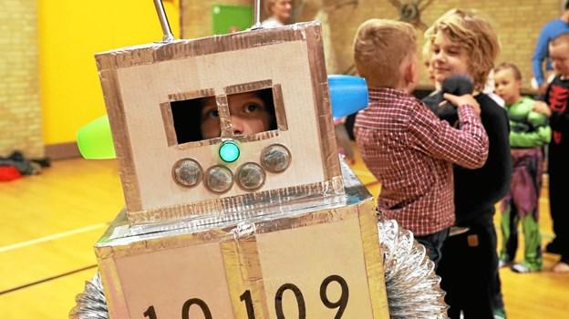 Masser af flotte udklædninger indrammede arrangementet. Robotten med serienummer 10109 havde tilnavnet Simon. Foto: Allan Mortensen Allan Mortensen