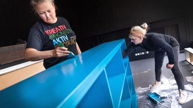 Projektmedarbejderne Else Petersen (t.v.) og Wilma Walther-Hansen (t.h)  svinger malerpenslerne, sådan at alt kan nå at blive klar til den store åbningsdag. Foto: Torben Hansen.