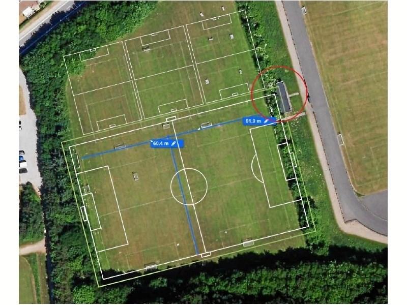 Skitsen fra MIKs projektbeskrivelse viser en fleksibel opbygning af kunstgræsbanen. Inden for de hvide streger spilles 11 mands bold, men banen kan også vendes til to otte mands baner (blå streger). Øverst ses tre fem mands baner - alle placeret på almindeligt græs.