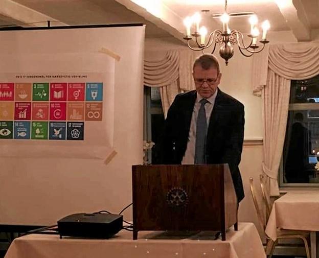 Borgmester Mikael Klitgaard var veloplagt, da han holdt nytårstalen for de fremmødte medlemmer af Rotary på Dronninglund Hotel.Privatfoto