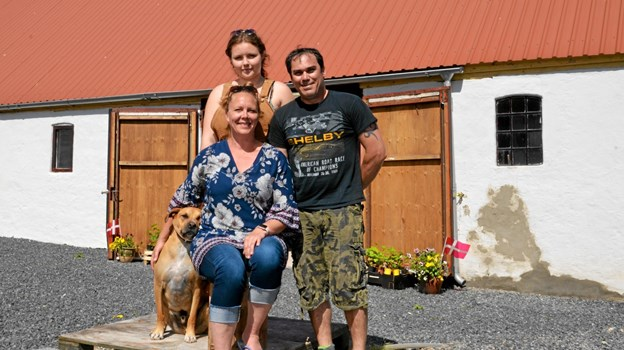 Berit, forrest, datteren Sissel bagerst, Anthony til højre og hunden Charlie til venstre. Velkommen til Lynggården. Foto: Jesper Bøss Jesper Bøss