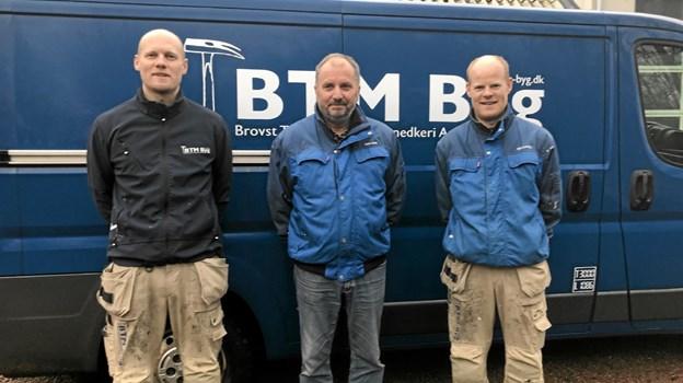 Carsten Bech Christensen omgivet af de to nye med ejere Michael Frost og Kenneth Frost. Foto: Flemming Dahl Jensen