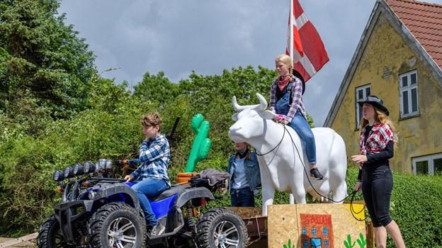 7. klasse havde medbragt en ko til deres fortolkning af årets tema for pinsekarnevalet i Terndrup, western. Peter Broen