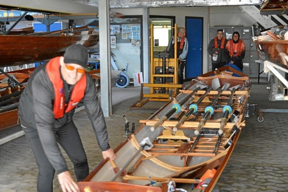 """Det er også hårdt arbejde at få de tunge både ud at hallen, men roerne får hjælp at en palleløfter og """"møbelhunde"""" under bådene. Foto: hhr-freelance.dk"""