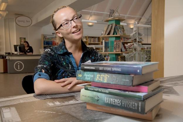 Børnebibliotekar Annika Dziemieska hjælper med at finde bøger, som kan fange børnene - også i sommerferien.Foto: Henrik Louis