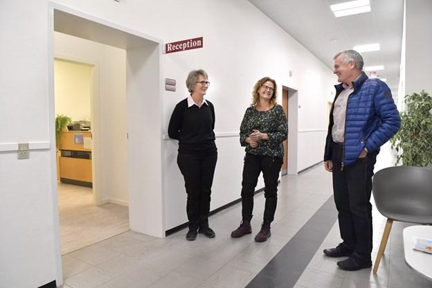 Her lidt fagsnak i de midlertidige lokaler. Fra venstre er det klinikkens fysioterapeut Lise Simonsen, der er gift med Peter Gaardbo Simonsen og i midten sygeplejerske Lene Rendeman, som snart få følgeskab af mange sygeplejerskekolleger.  Foto: Bente Poder
