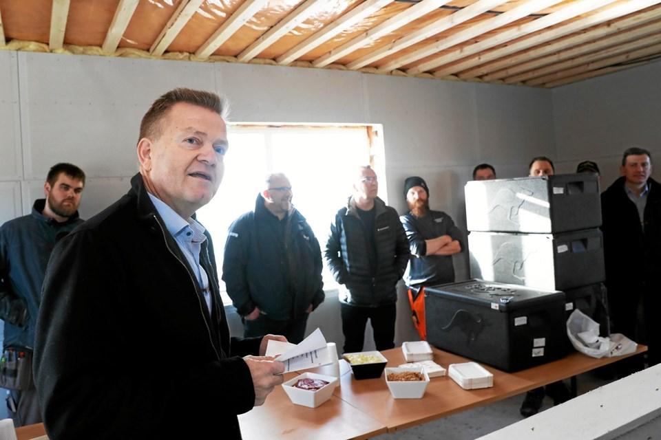 Direktør hos Sundby-Hvorup Boligselskab, Jens Erik Grøn roste både håndværkere og øvrige samarbejdspartnere. Foto: Allan Mortensen