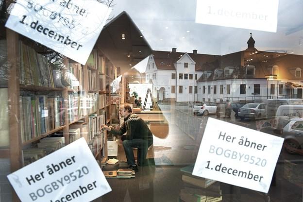 Frivillige har haft travlt med at flytte tusindvis af bøger fra bogbybutikken på Jyllandsgade 11 her ned til to nabobutikker på Torvet i Skørping. Foto: Michael Koch