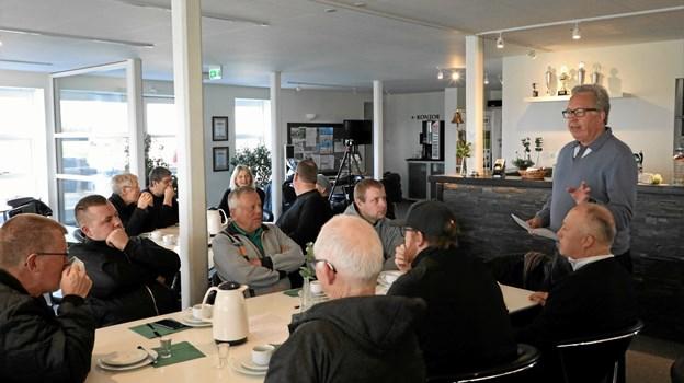Morgenkaffen drikkes og parolen afgives, inden formiddagens dont kan påbegyndes. Foto: www.air-view.