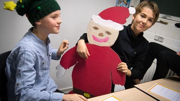 Lørdag 24. nov. kan du hjælpe med at lave julepynt, i perler. perleplader, perler på snor og mange andre ting med perler på Sæby Bibliotek.