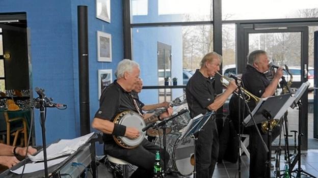 """6-mands jazz-orkestret """"Limfjordens sønner"""" lagde den musikalske base ved Musikforeningens frokost-arrangement. Privatfoto"""