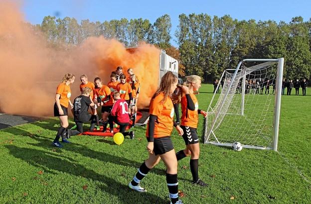 Spillerne gør meget ud af ankomsten. Her er det pigerne fra 1b, der ankommer i hestetrailer og orange røg. Foto: Jørgen Ingvardsen