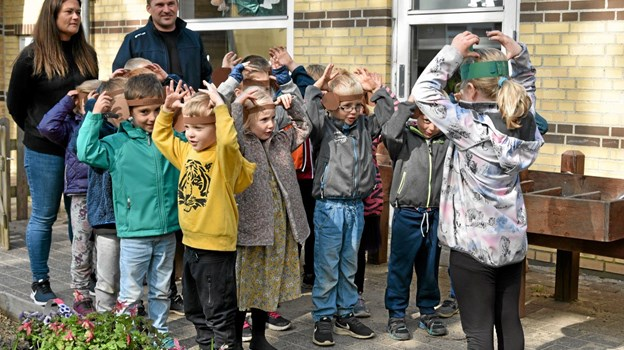 """Med Jessica som korleder sang børnehavebørnene Havemyrerne """"Små, små aber sad på en gren"""". Foto: Niels Helver Niels Helver"""