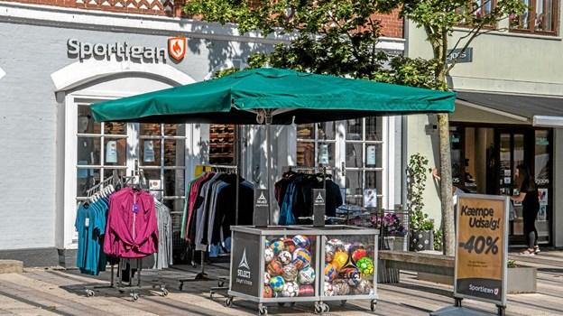Der var mange gode tilbud at finde og solen lokkede igen folk på gaderne. Foto: Mogens Lynge Mogens Lynge