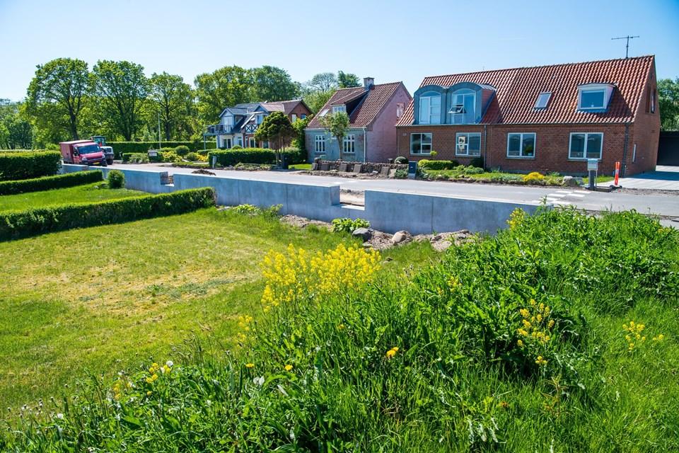 De seks huse syd for Dueholm Klosterpark har grunde, der skæres over af Mågevej. Snart får de adgang til strandhaverne gennem låger i den nye mur.
