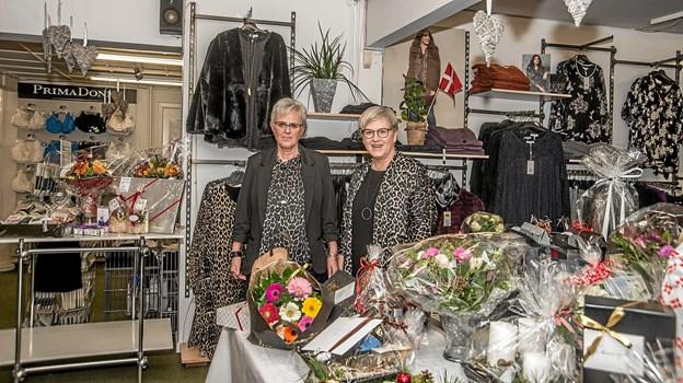 Ejerparret Lilly Jensen og Anni Myrup foran de to gaveborde i butikken. Foto: Mogens Lynge