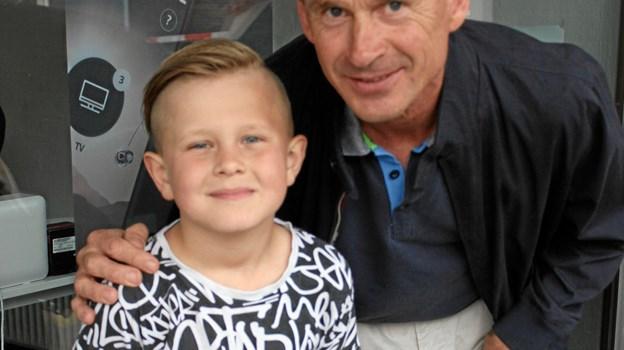 Hans Nielsen og otteårige Christian – to med samme lidenskab og opvækst i Brovst Speedway Club. På sin flotte speedwaycykel tog Christian imod alle gæsterne uden for Kino.