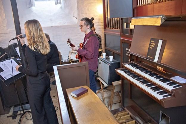 Der var orgelfri gudstjeneste i Brønderslev gl. Kirke søndag, hvor musikken i stedet blev leveret af folk på klaver, trommer, elektrisk guitar, sang og et helt kor.Foto: Kurt Bering