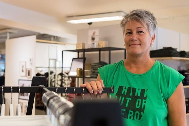 Helle Simonsen var fra 2006 til sidste sommer en af to frontfigurer hos Lysdahl & Simonsen i Aars. Nu leder hun Boutique Mary i Hobro og passer butikken sammen med butiksassistent Mai-Anne Nathansen og en skoleelev.