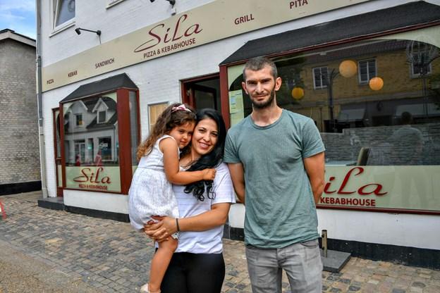 Kunderne møder Aysun og Mustafa i Sila Pizza & Kebabhouse. Foto: Kurt Bering