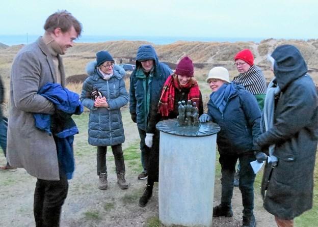 Efterfølgende blev Solhvervssøjlen beundret af en gruppe førstegangsdeltagere fra Randers. Foto: Kirsten Olsen Kirsten Olsen